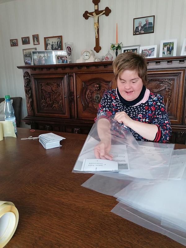 Die Werkstattmitarbeitenden sind zur Zeit zu Hause – wie hier Blandine Nattmann, Mitarbeiterin in Haselstein; sie hoffen aber bald wieder ihre Arbeit an den Werkstattarbeitsplätzen aufnehmen zu können.Annerose Ottmann